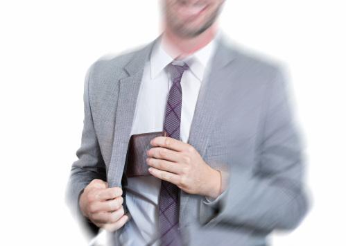 スーツの内ポケットから長財布